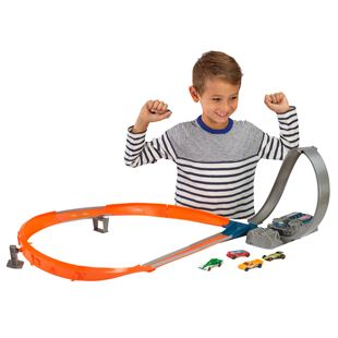 Hot Wheels Figure 8 Raceway with 5 Cars